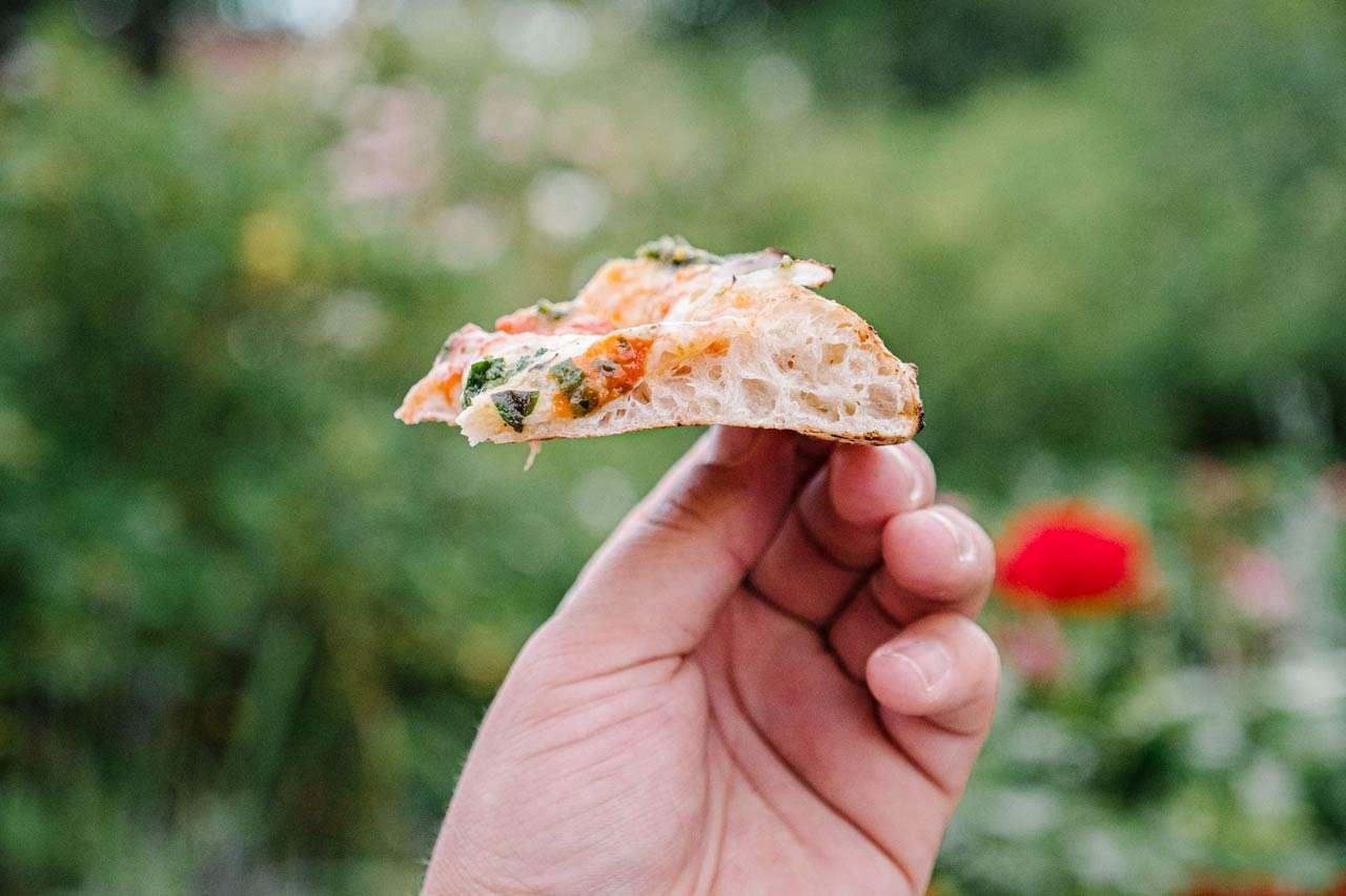 Perfekt tynn og luftig italiensk pizza i bakerovn vedfyrt pizzaovn